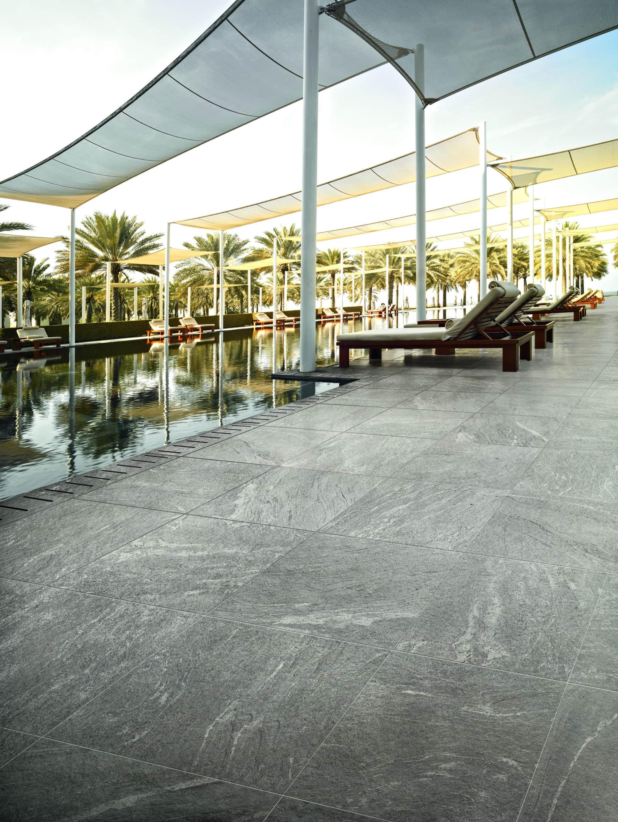 Feinsteinzeug-Gartenplatten als Swimmingpool-Umrandung